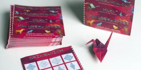 Unser Flyer für die Clubnacht sieht nicht nur wunderbar aus, sondern lässt sich auch inklusive Anleitung zu einem wunderschönen Kranich falten!